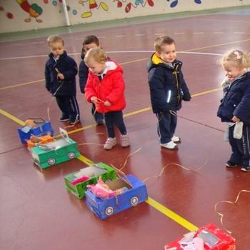 A P2 fem una joguina amb capses de sabates